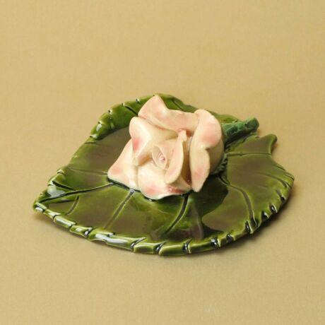 Levélen rózsaszín rózsa