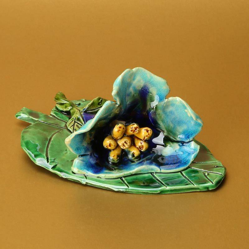 Levélen kék virág